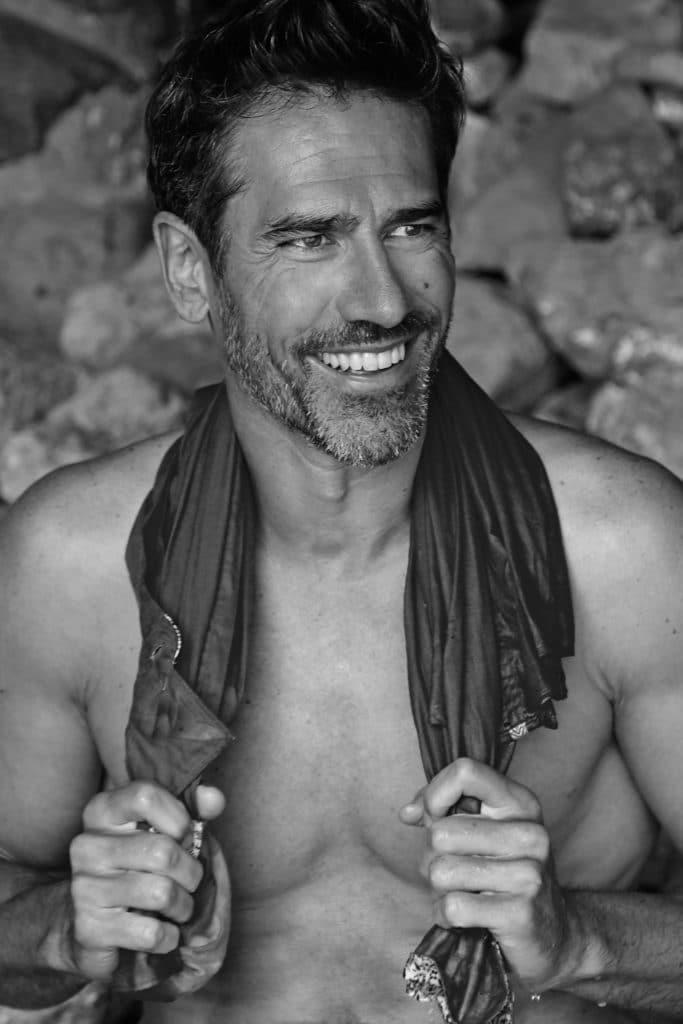 Portrait en noir et blanc Gilles Couturier souriant